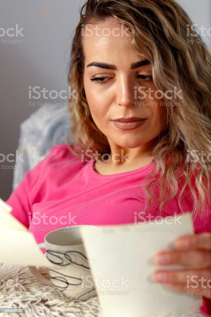 가족 행복과 추억, 침대에서 오래 된 사진을 보고 슬픈 여자 - 로열티 프리 가정 생활 스톡 사진