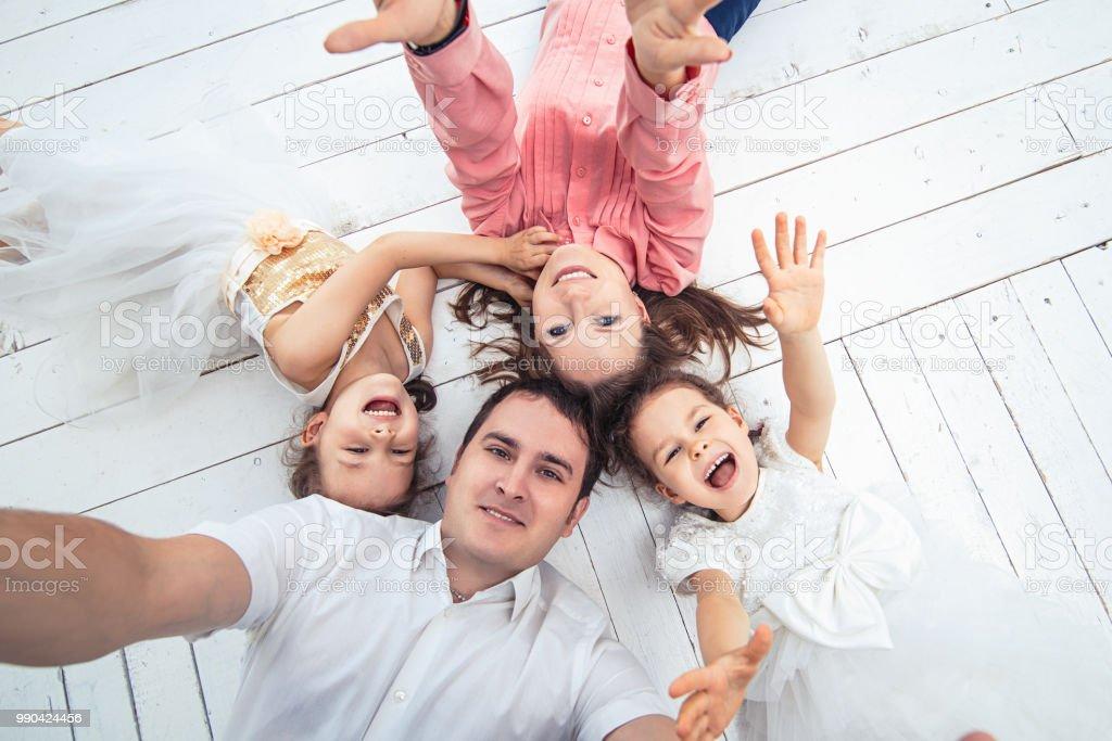 Familia feliz mam pap y dos ni as gemelas a hermanas en - Comprar casa dos hermanas ...