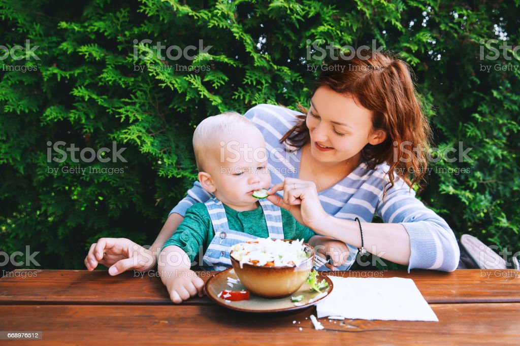 Family have a vegetable salad on lunch. foto stock royalty-free