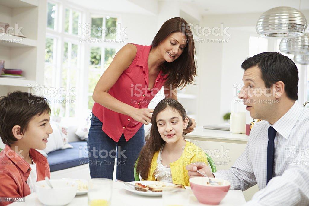 Familia tener el desayuno antes de marido va a trabajar - foto de stock