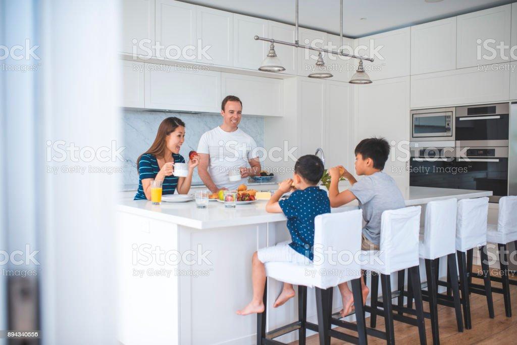 Familie hat Frühstück in der Küche – Foto