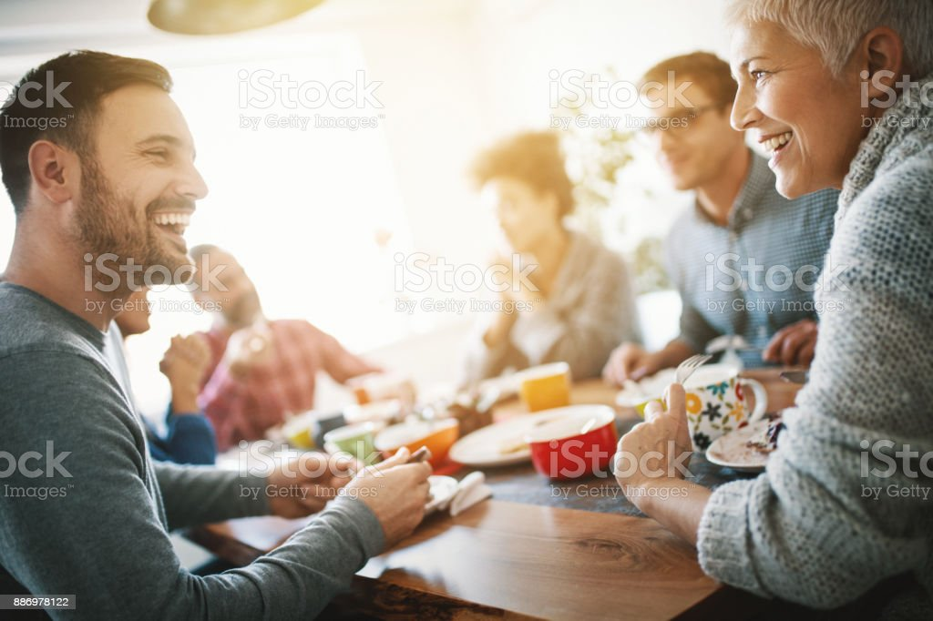 Familie frühstücken am Weihnachtsmorgen. – Foto