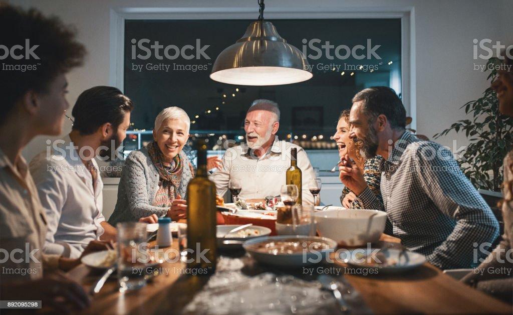 Aile Noel arifesinde akşam yemeği. stok fotoğrafı