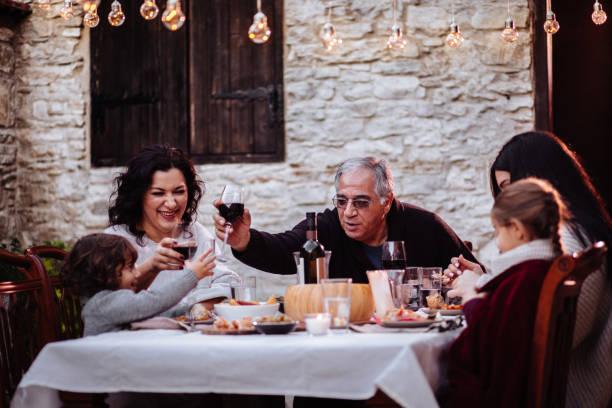diversión familiar y brindando con bebidas en mesa de comedor - comida española fotografías e imágenes de stock