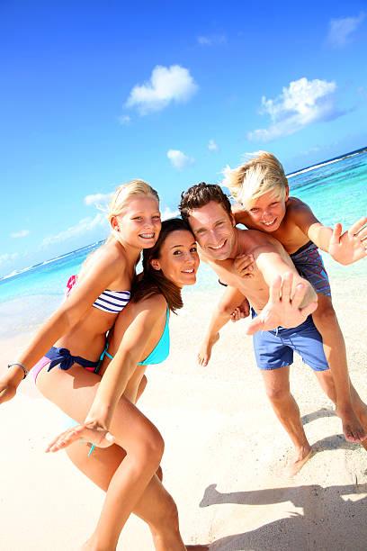 Familie, die Spaß am Strand – Foto