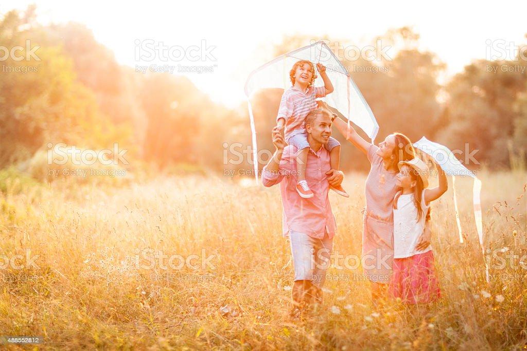 Famiglia divertirsi facendo volare gli aquiloni - foto stock