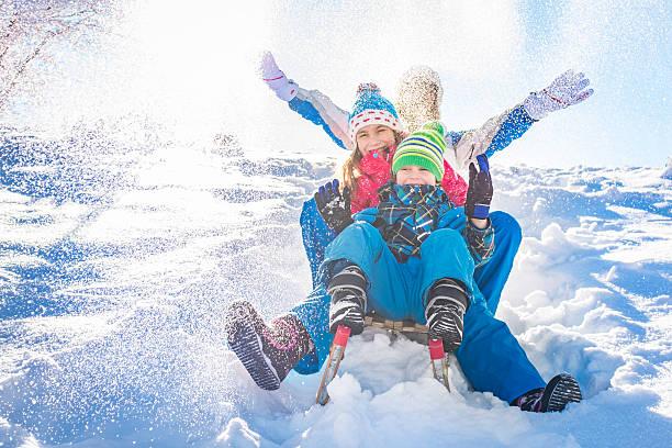 familie spaß im winter - schneespiele stock-fotos und bilder