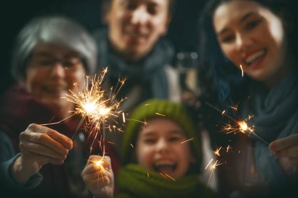 familie plezier op nieuwjaar. - family winter holiday stockfoto's en -beelden