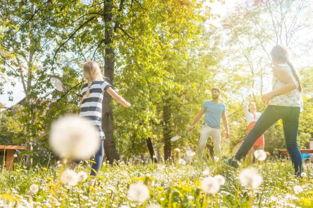 familia que se divierte jugando juegos de deporte - bádminton deporte fotografías e imágenes de stock