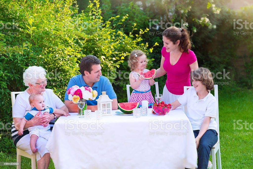 Familia tener el almuerzo en el jardín - foto de stock