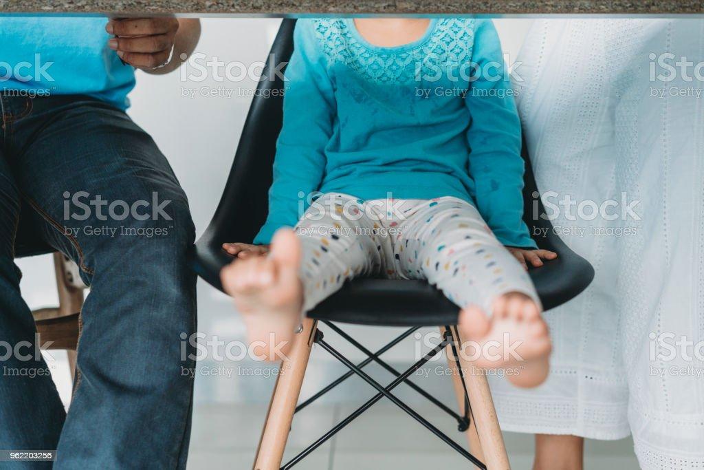 Familie beim Mittagessen zusammen - unter der Tabellenansicht – Foto