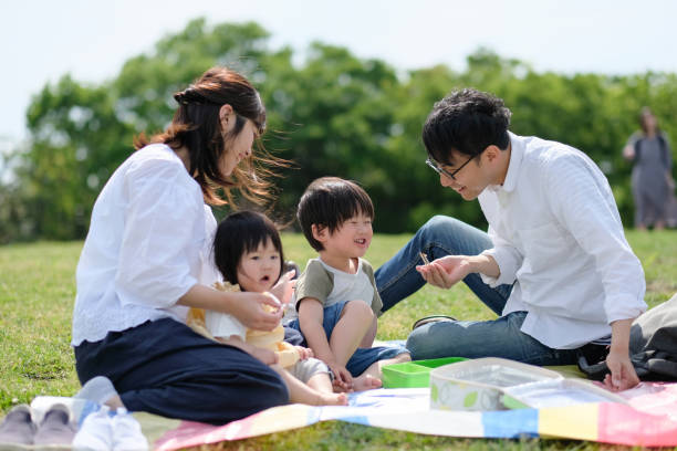 familie hat picknick - mensch isst gras stock-fotos und bilder
