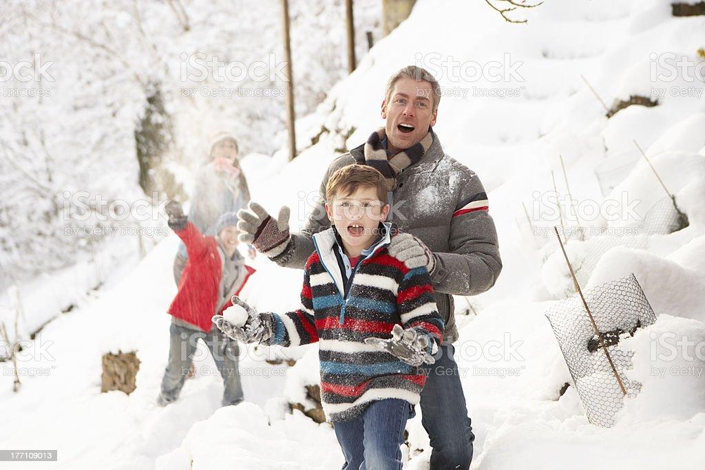 Famille ayant la bataille de boules de neige - Photo