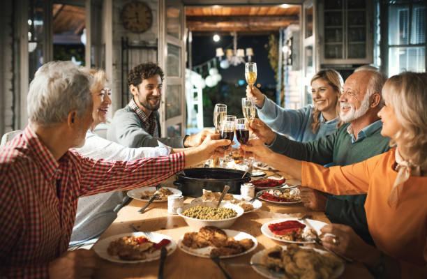 Familie mit Thanksgiving Abendessen. – Foto