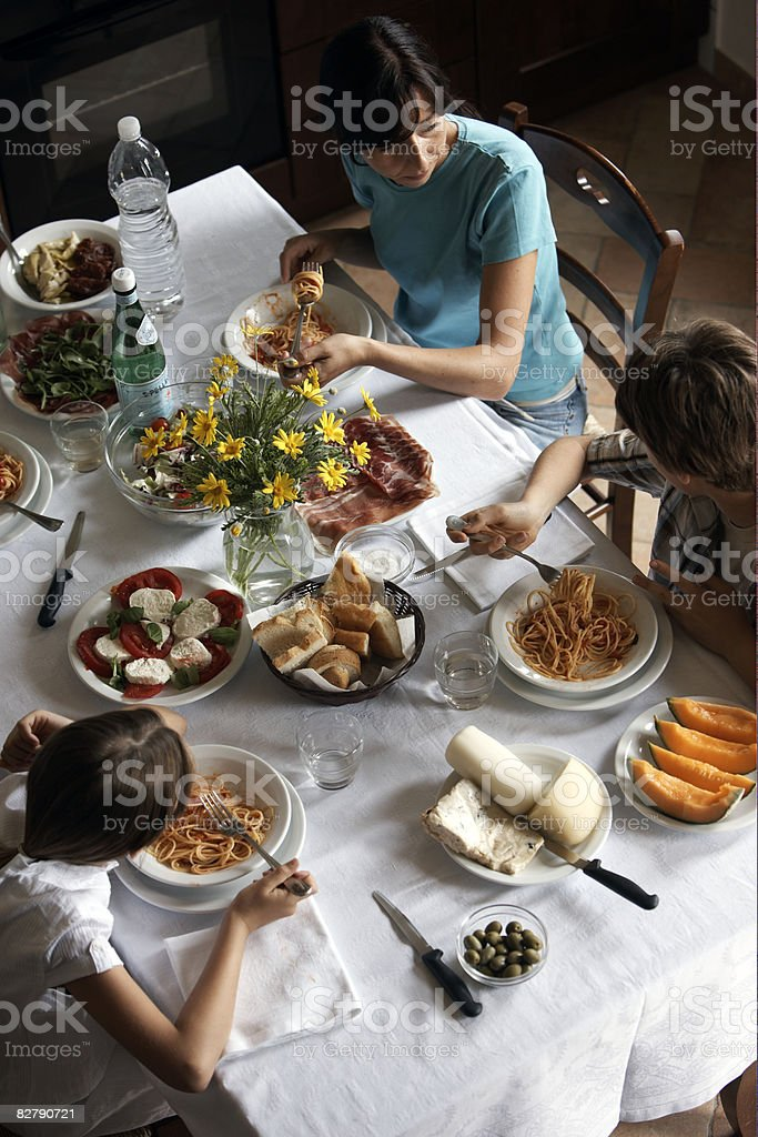 Typowo włoskiej rodziny po posiłku zbiór zdjęć royalty-free