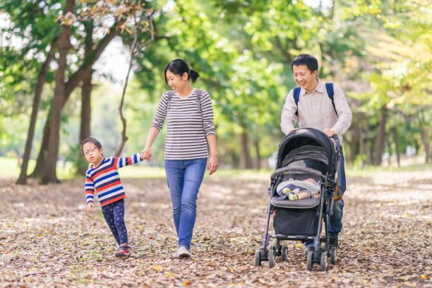 公共公園を歩く家族 - disabilitycollection ストックフォトと画像