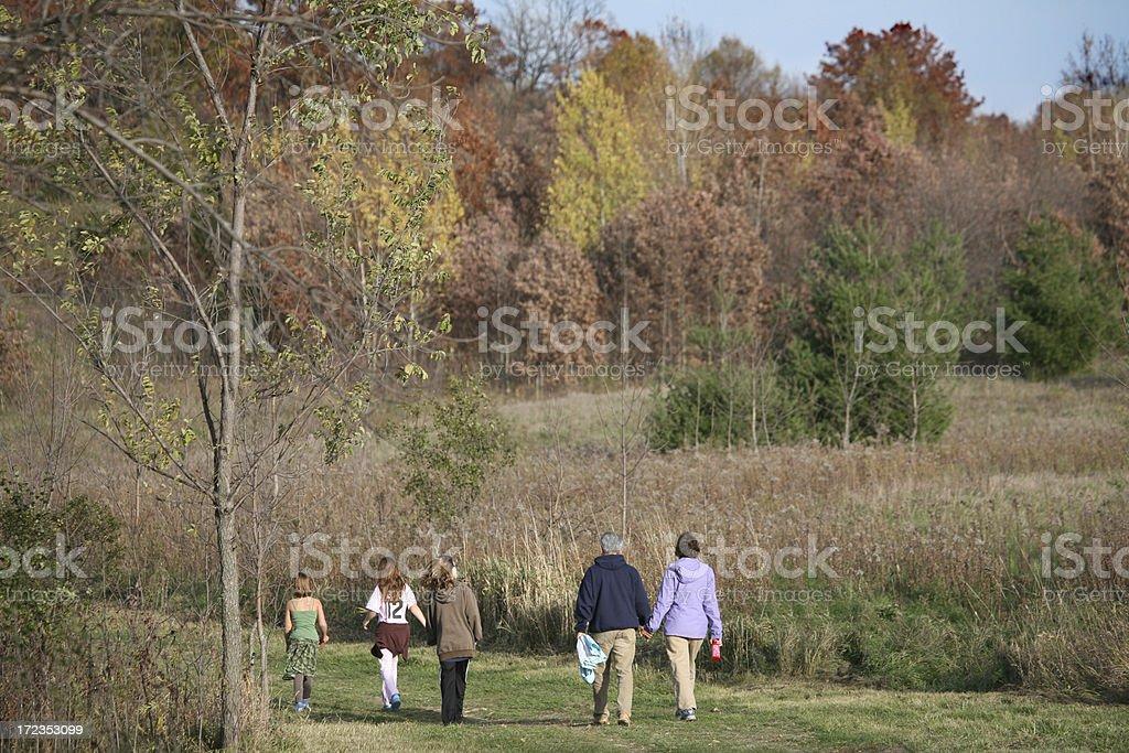Familia caminar en el campo foto de stock libre de derechos