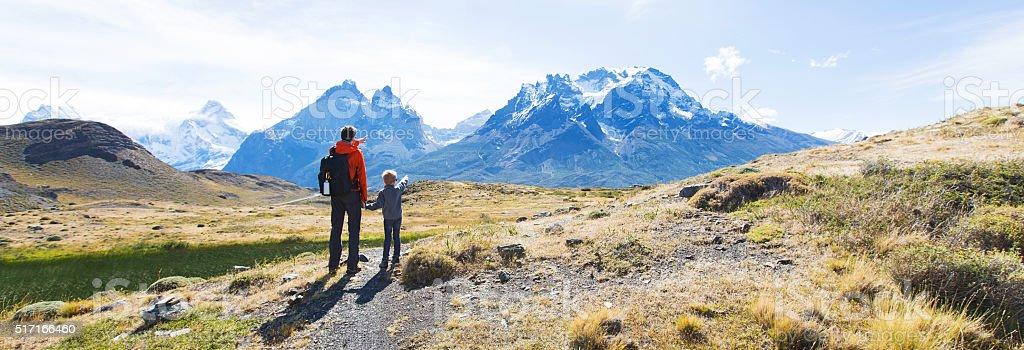 Familia excursionismo en la Patagonia - foto de stock