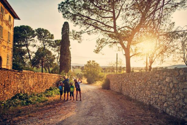 familie, wandern in der toskana, italien - toskana ferien stock-fotos und bilder