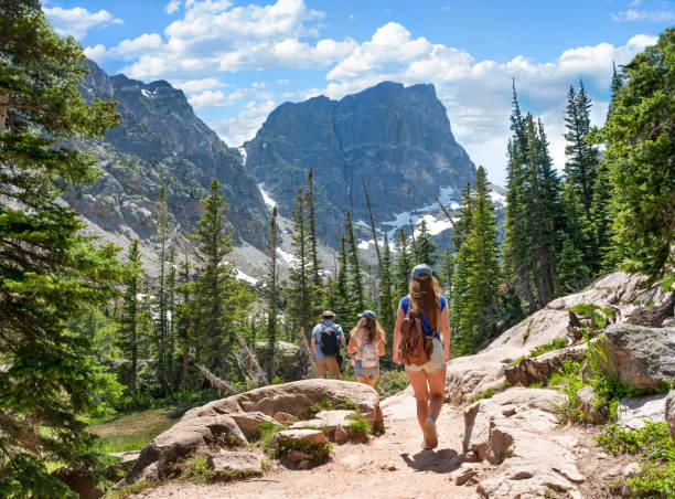 senderismo en familia en las vacaciones de verano en las montañas de colorado. - excursionismo fotografías e imágenes de stock