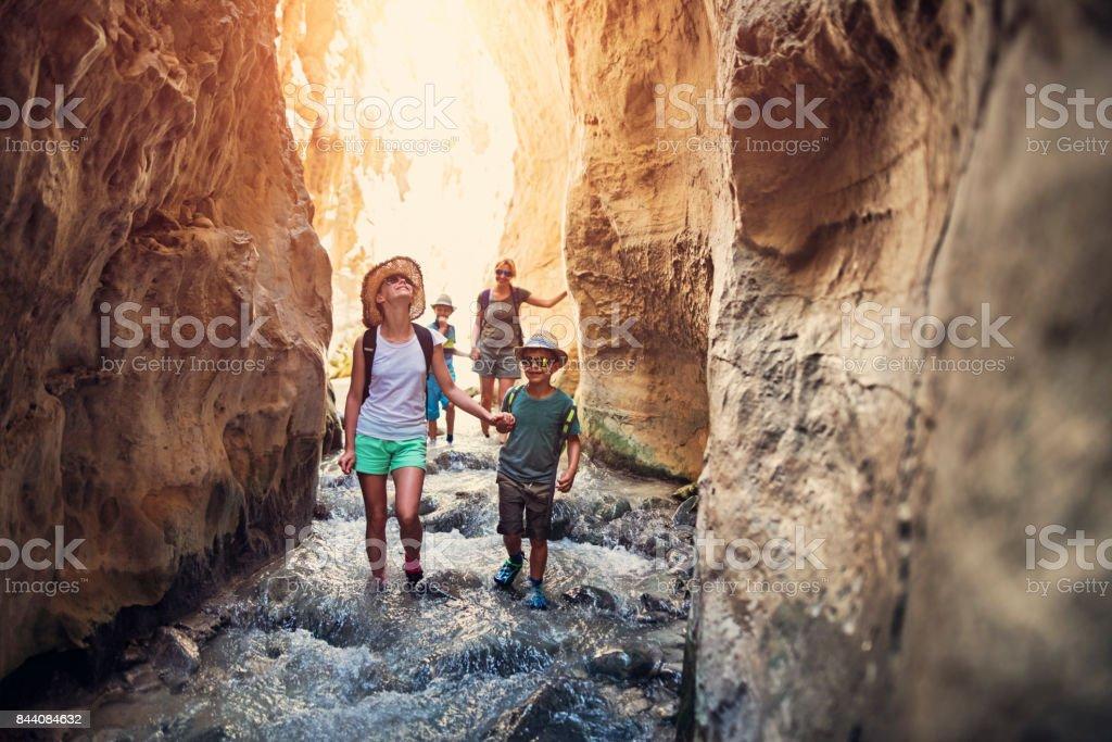 家庭徒步穿過西班牙安達盧西亞,化學 - 免版稅享受圖庫照片