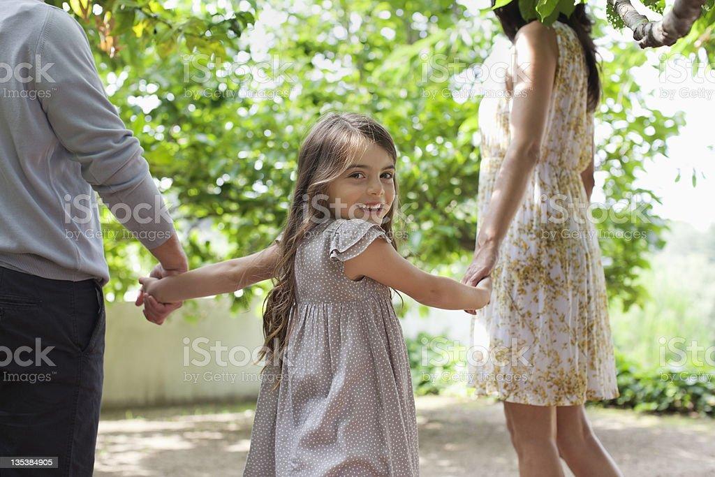 Familie holding Hände zusammen im Freien – Foto