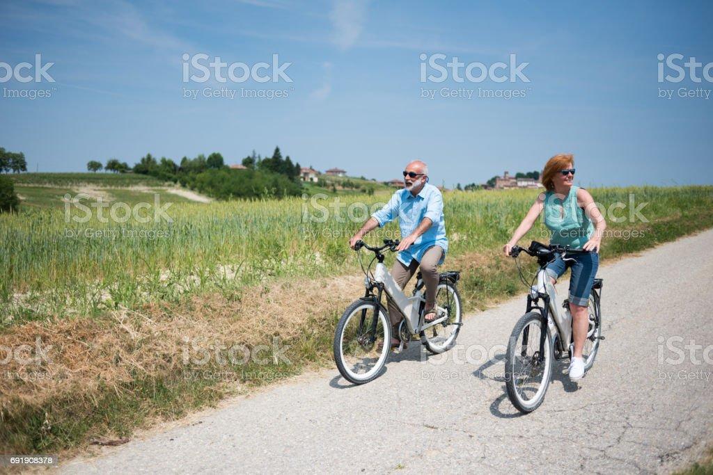 Vacaciones en familia en la región de Langhe, Piamonte, Italia: viaje de bicicletas eléctricas en las colinas - foto de stock