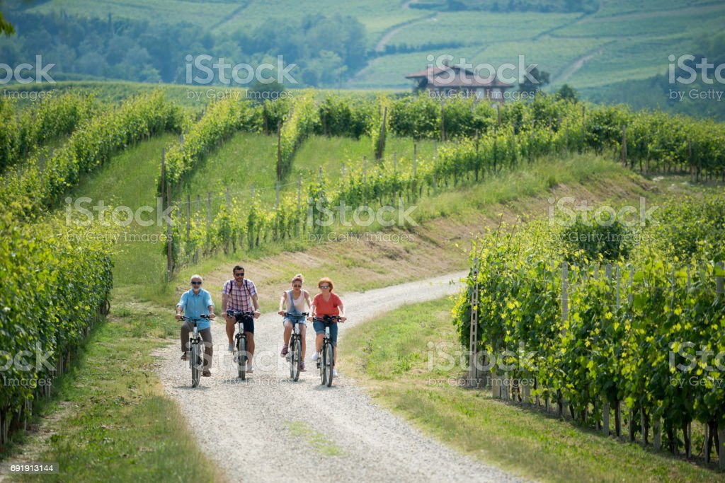 Family holidays in Langhe region, Piedmont, Italy: Electric bikes trip in the hills - foto stock