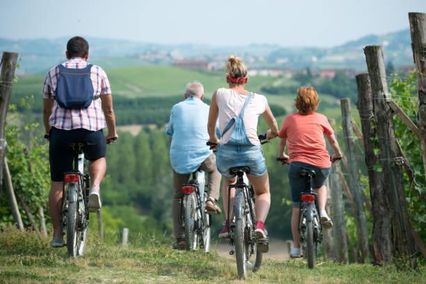 イタリア、ピエモンテ州ランゲ地方の家族の休日: 丘で電動自転車の旅 - 自然旅行 ストックフォトと画像