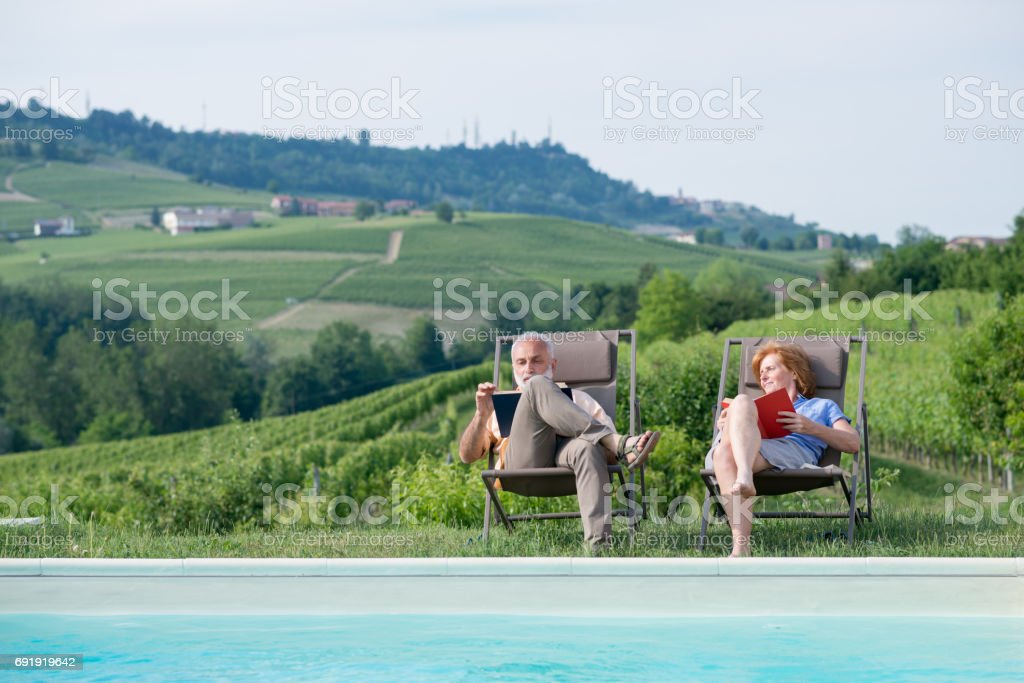Family holidays in Langhe region, Piedmont, Italy: Relax by the swimming pool - foto stock