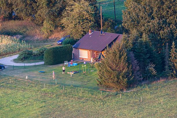 familie zu hause in der unteren rhein region von deutschland - schwimmbad nrw stock-fotos und bilder