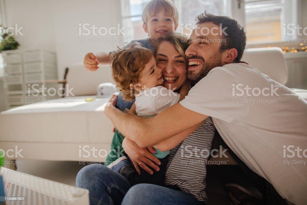 Familienumarmung - Lizenzfrei 12-23 Monate Stock-Foto