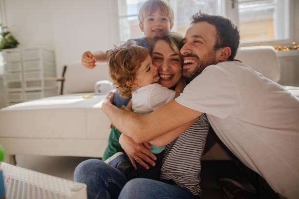 家庭擁抱 - 幸福 個照片及圖片檔