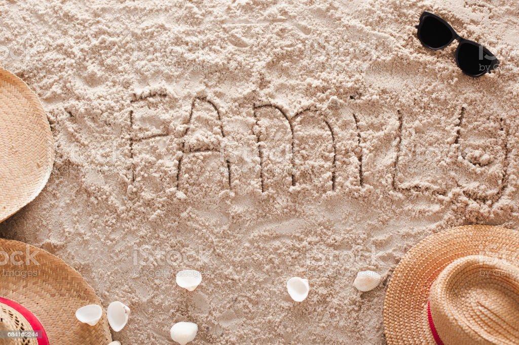 Familie in een tropische zandstrand royalty free stockfoto
