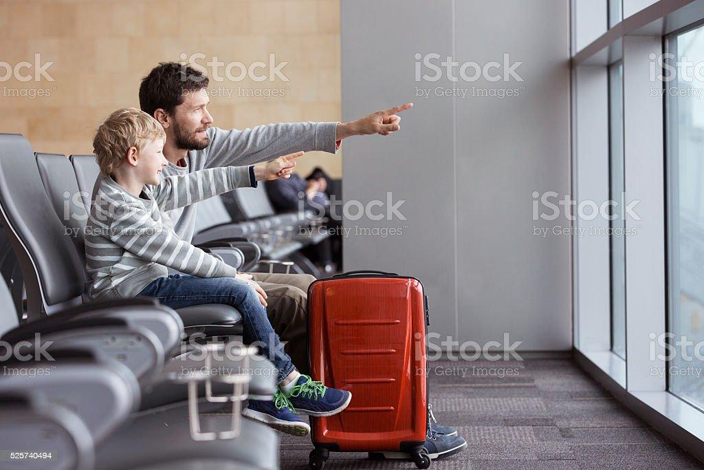 家族で空港 ストックフォト