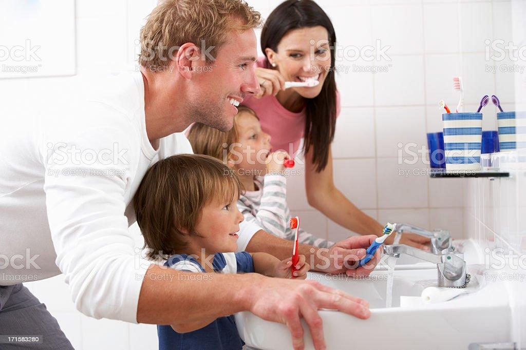 Familie im Bad Zähne putzen - Lizenzfrei Badezimmer Stock-Foto