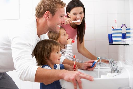 Familie Im Bad Zähne Putzen Stockfoto und mehr Bilder von Badezimmer