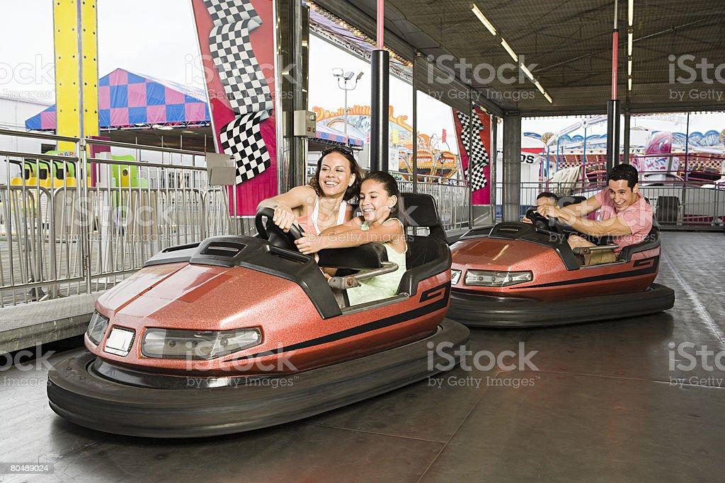 Familie in bumper cars – Foto