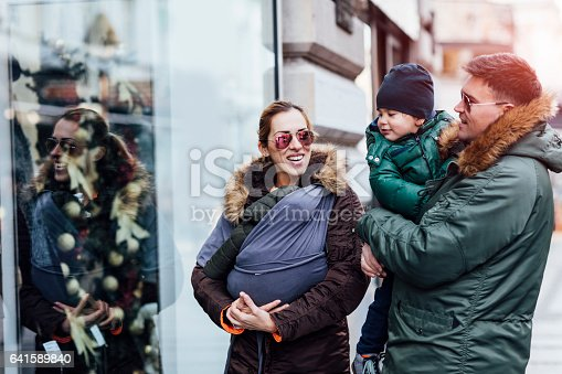 istock Family In Christmas Shopping 641589840