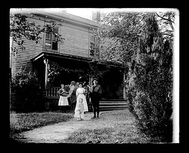 familie vor ein bauernhaus, ca. 1890 - hofkleider stock-fotos und bilder