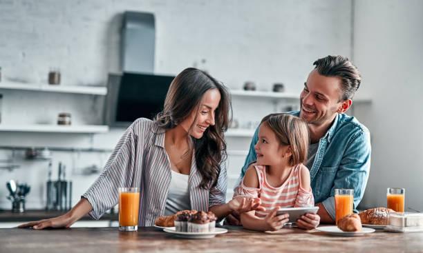 familia en la cocina - desayuno fotografías e imágenes de stock