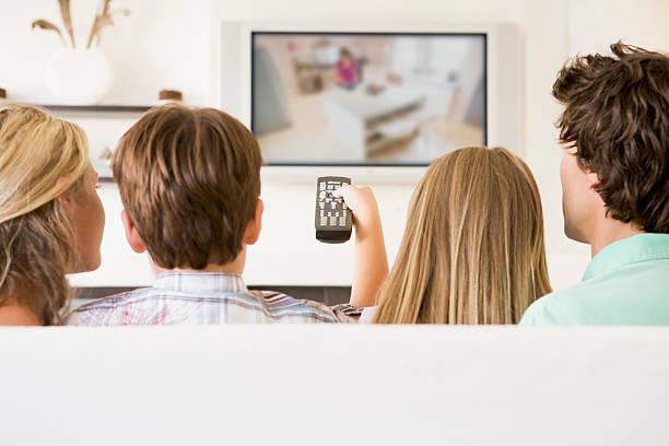 família na sala a ver televisão - tv e familia e ecrã imagens e fotografias de stock