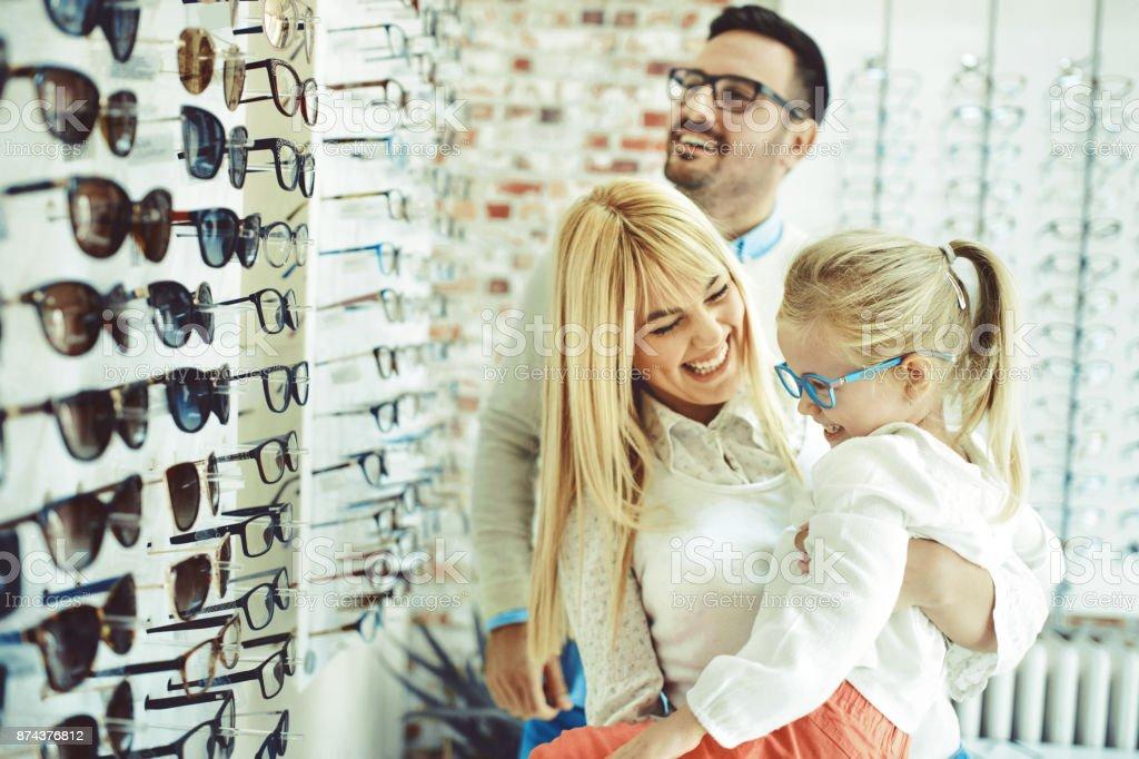 Familie in Optik Shop – Foto