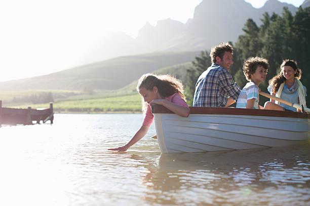 Famille en bateau à rames sur le lac - Photo