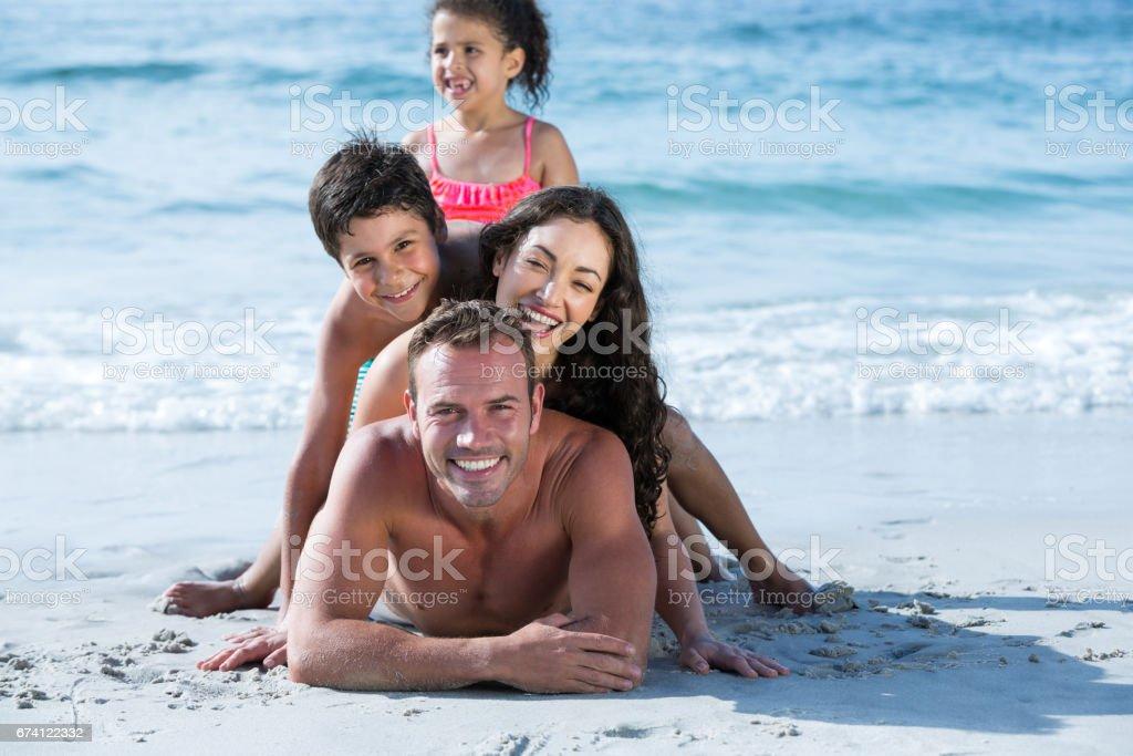 家庭在享受海上岸的泳裝 免版稅 stock photo