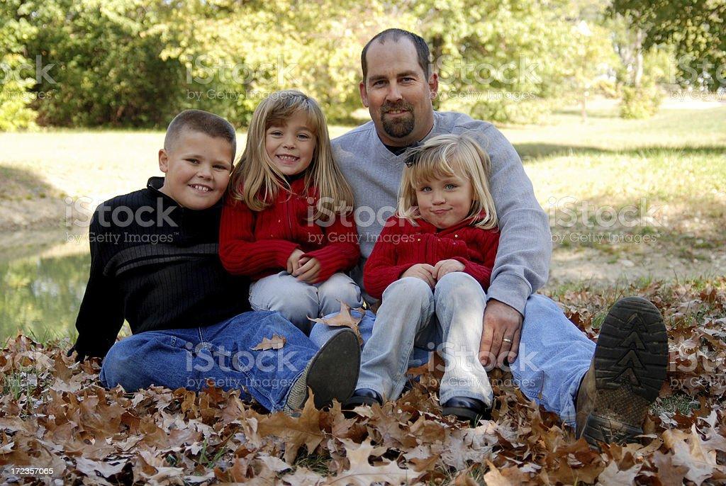 Familia en el otoño foto de stock libre de derechos