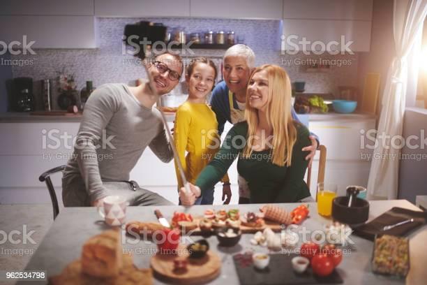 Foto de Família Na Cozinha e mais fotos de stock de Adulto
