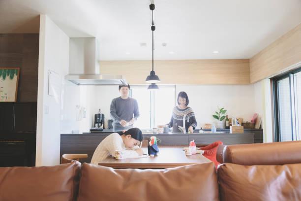 自宅のリビング ルームで家族 - 母娘 笑顔 日本人 ストックフォトと画像