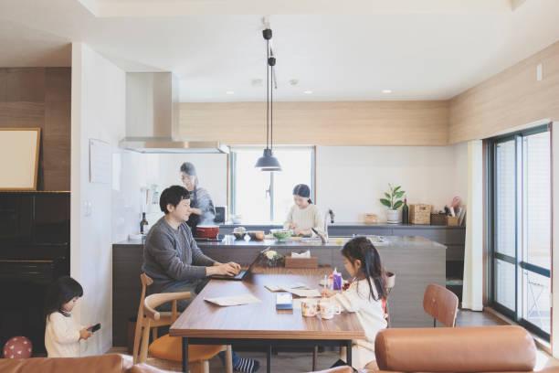 自宅のリビング ルームで家族 - 家族 日本人 ストックフォトと画像