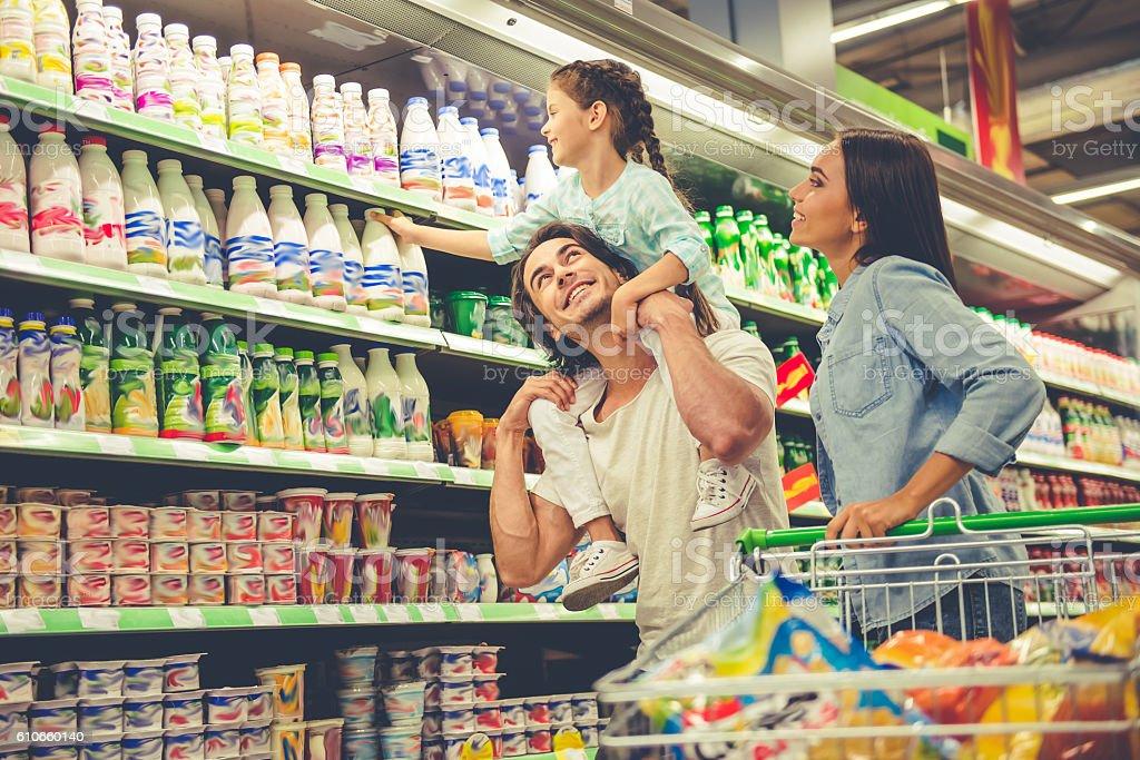 Family in the supermarket - foto stock